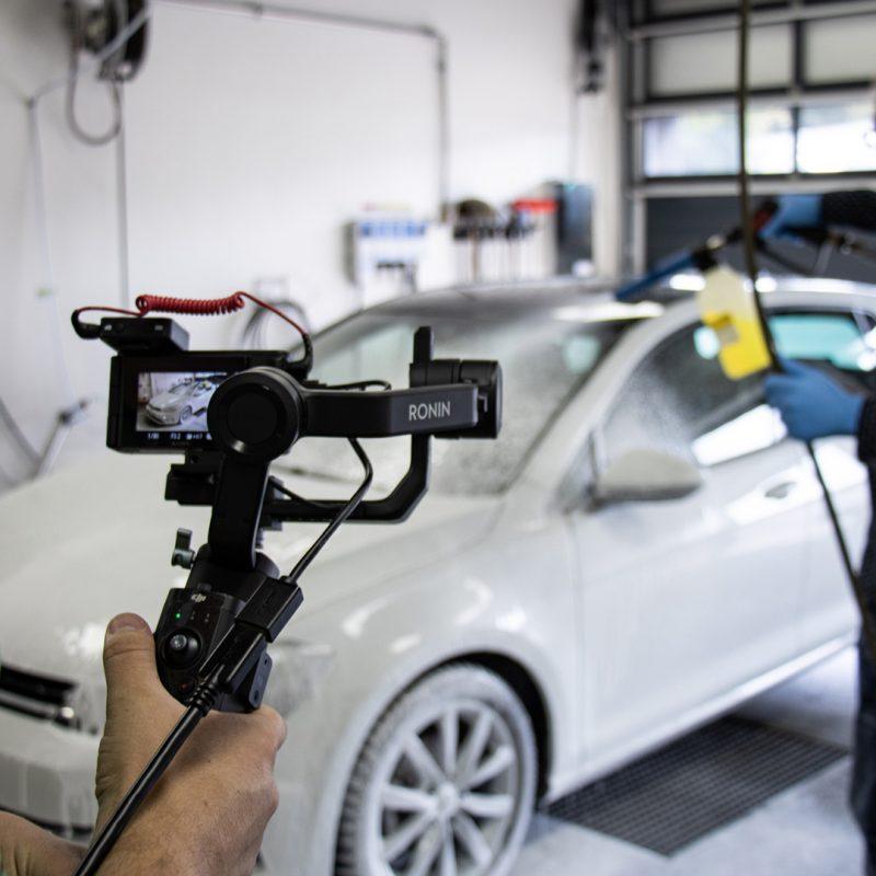 Bilde av en bil som blir vasket